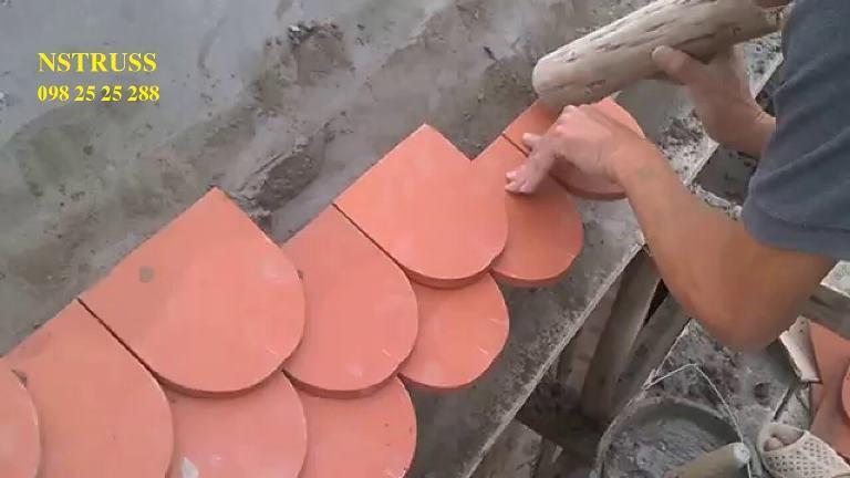 Dán ngói trên mái bê tông