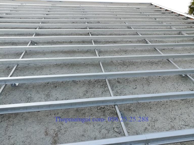 Khung giàn thép trên mái bê tông lợp ngói