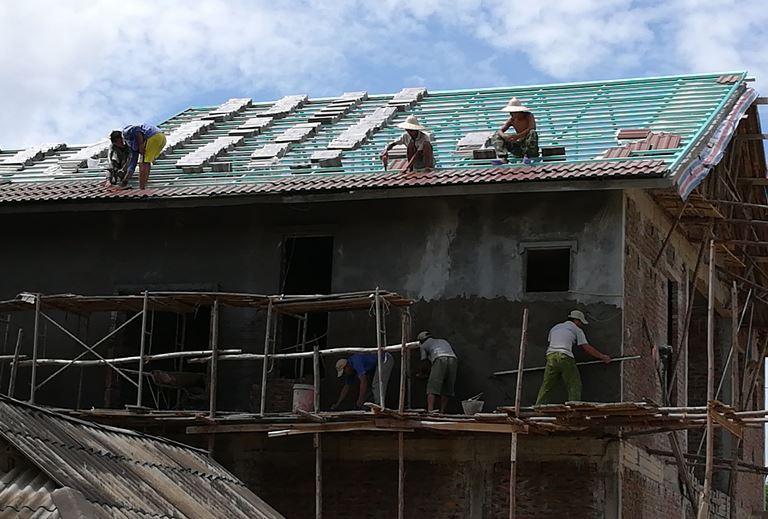Thi công mái nhà lợp ngói tại dân hạ- hòa bình